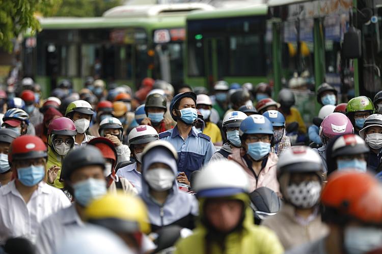 Dòng xe kẹt cứng hướng từ quận 12, Gò Vấp về các quận trung tâm ngay chốt kiểm soát dịch Phan Văn Trị. Ảnh: Hữu Khoa