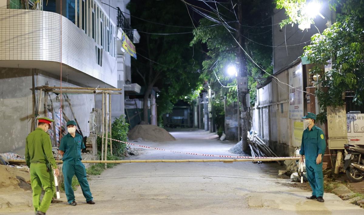 Một chốt kiểm soát tại phường Hưng Dũng, TP Vinh được dựng ngay trong đêm 15/6. Ảnh: Sách Nguyễn