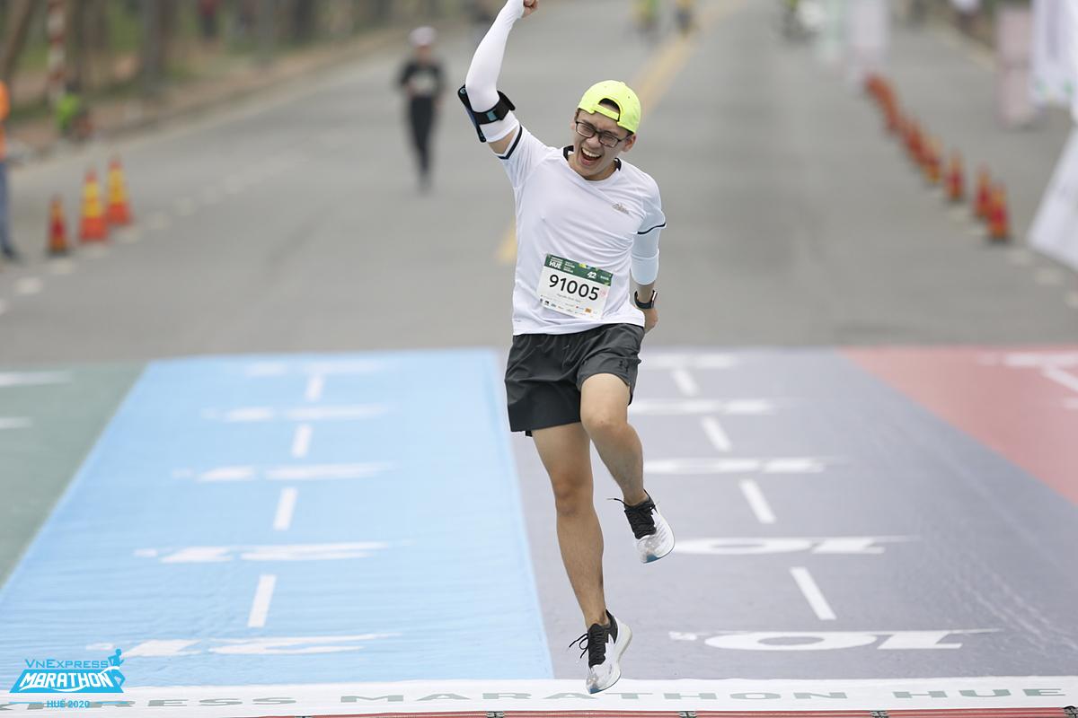 Một vận động viên ăn mừng khi về đích VnExpress Marathon Huế 2020. Ảnh: VnExpress Marathon.