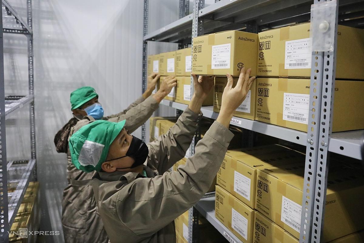 Vaccine Covid-19 từ Hà Nội vận chuyển đến kho bảo quản Viện Pasteur TP HCM, chiều 17/6. Ảnh: Quỳnh Trần.