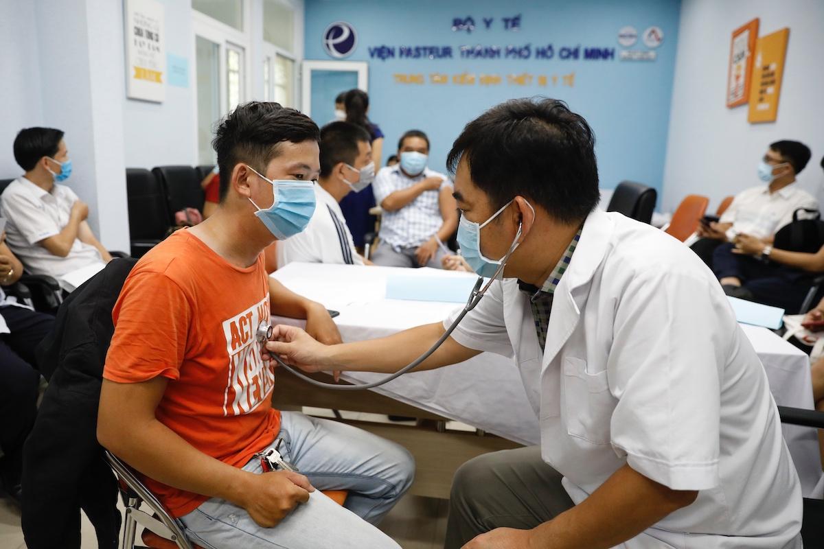 Nhân viên y tế khám sàng lọc để tiêm vaccine cho đối tượng ưu tiên tại TP HCM ngày 13/5. Ảnh: Hữu Khoa