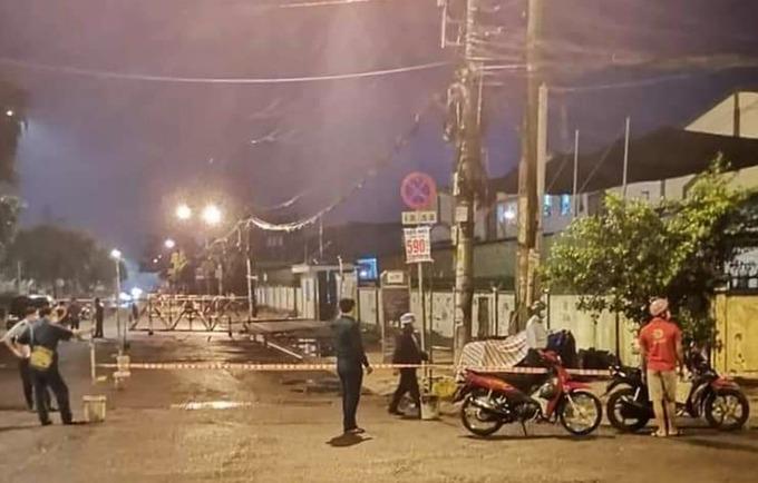 Công ty cổ phần thực phẩm Trung Sơn ở Khu công nghiệp Tân Tạo bị phong toả, tối 15/6. Ảnh: An Phương.