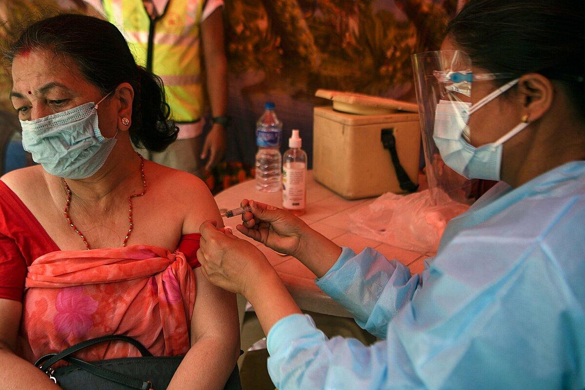Người dân thành phố Kathmandu, Nepal, được tiêm vaccine Covid-19, tháng 6/2021. Ảnh: NY Times