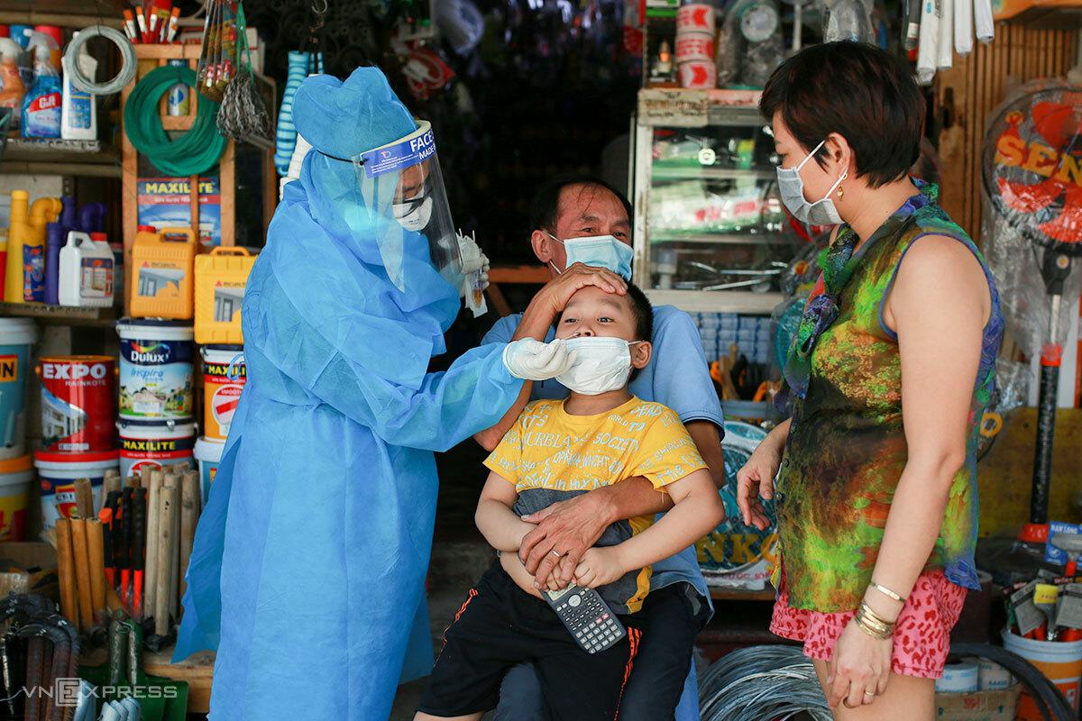 Đà Nẵng xét nghiệm diện rộng cho người dân khu vực đang phong toả. Ảnh: Nguyễn Đông.