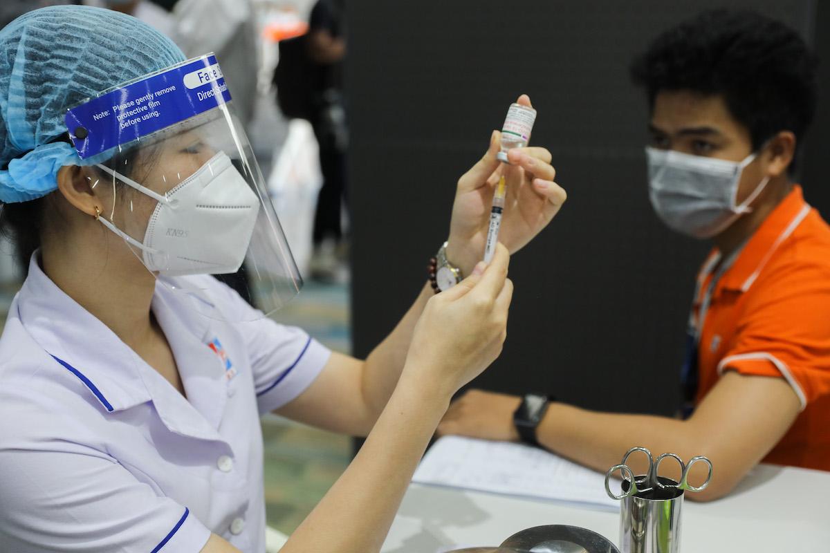 Nhân viên y tế tiêm vaccine Covid -19 cho công nhân tại khu công nghệ cao (TP Thủ Đức) ngày 19/6/2021. Ảnh: Quỳnh Trần/VnExpress