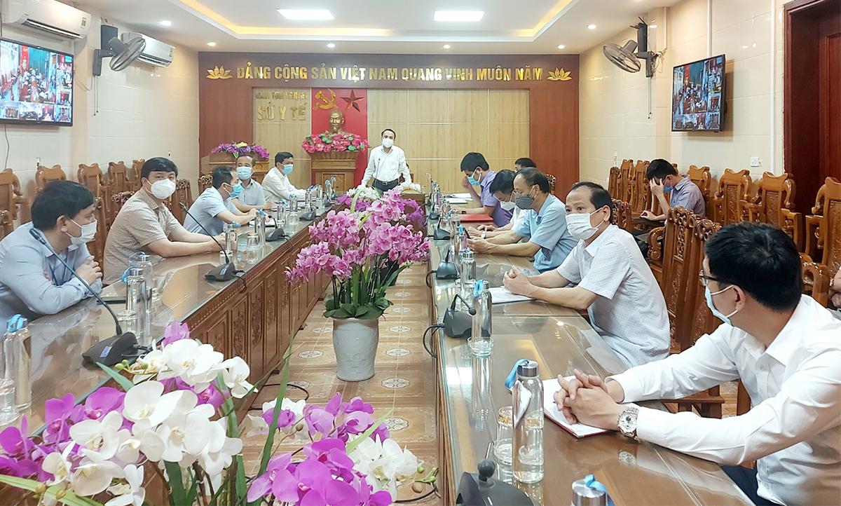 Ông Dương Đình Chỉnh, Giám đốc Sở y tế chủ trì tại buổi trực tuyến, sáng 19/6. Ảnh: Thành Trung