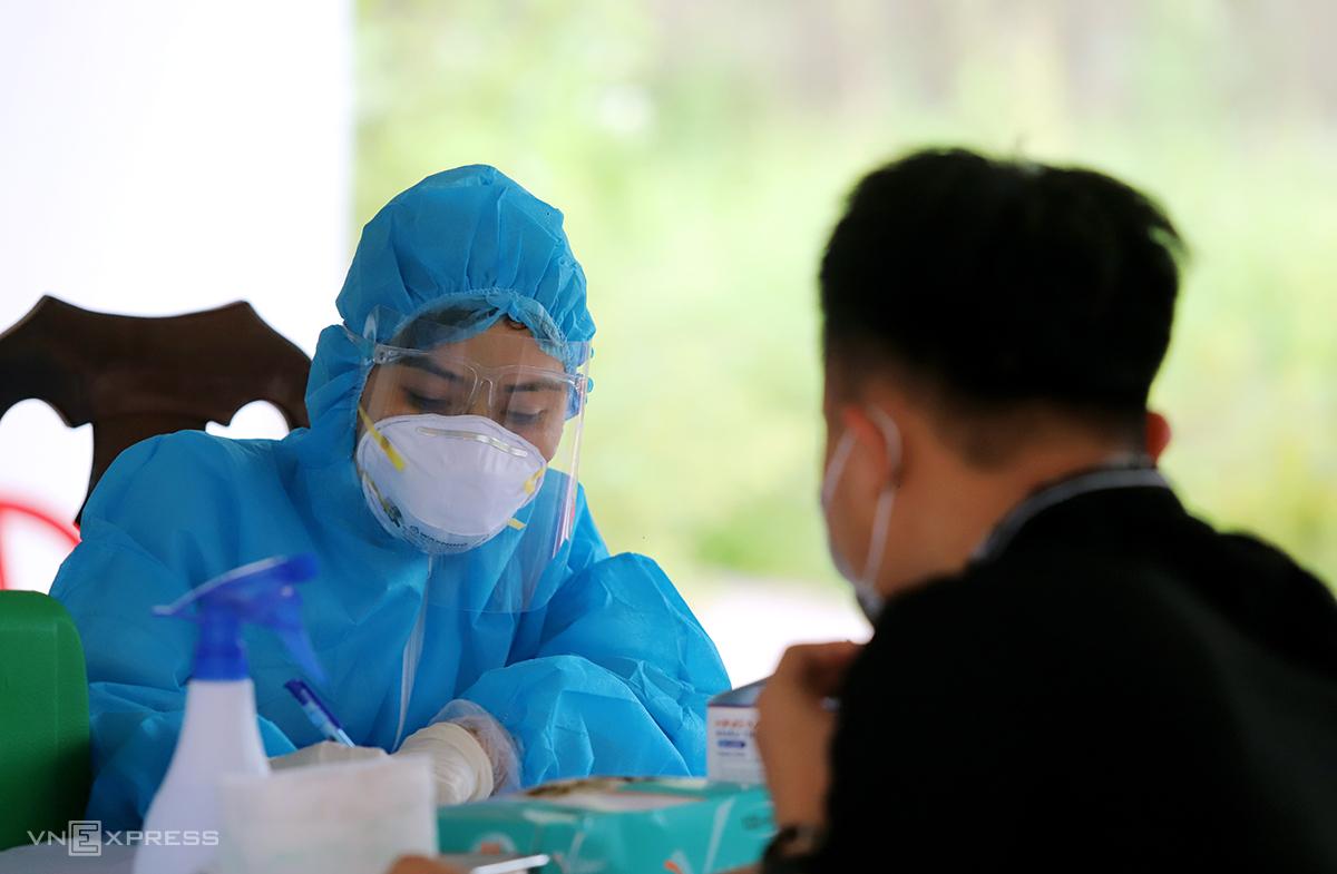 Người dân ở TP Hà Tĩnh khai báo y tế. Ảnh: Đức Hùng