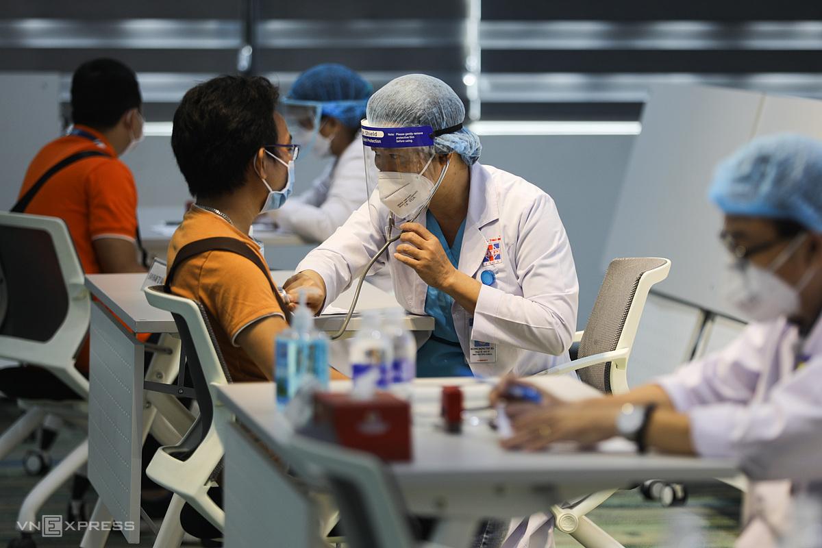 Tiêm vaccine Covid -19 cho công nhân tại khu công nghệ cao (TP Thủ Đức) ngày 19/6/2021. Ảnh: Quỳnh Trần/VnExpress