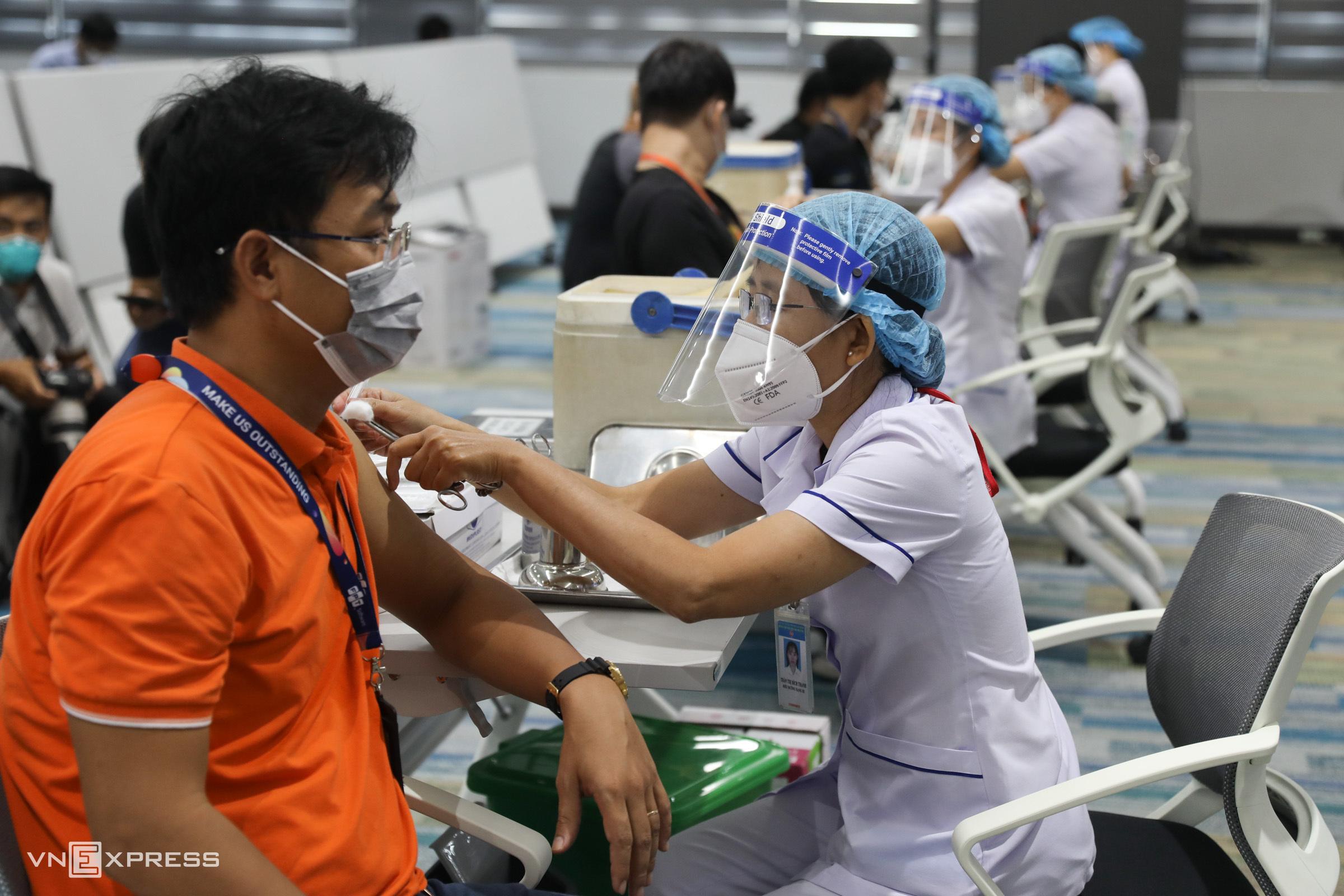 Nhân viên FPT Software tại Khu Công nghệ cao TP HCM tiêm vaccine Covid-19 sáng 19/6. Ảnh: Quỳnh Trần.
