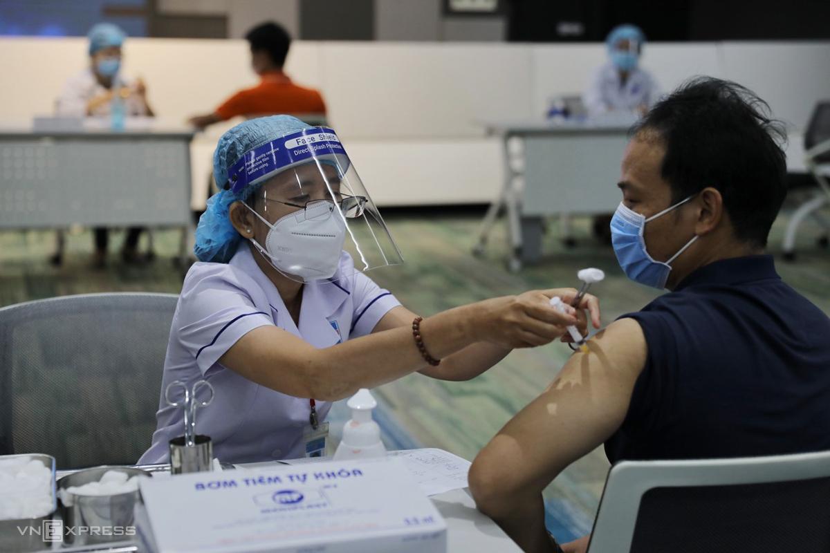 Người đầu tiên được tiêm vaccine Covid-19 tại khu công nghệ cao TP HCM, sáng 19/6. Ảnh: Quỳnh Trần.