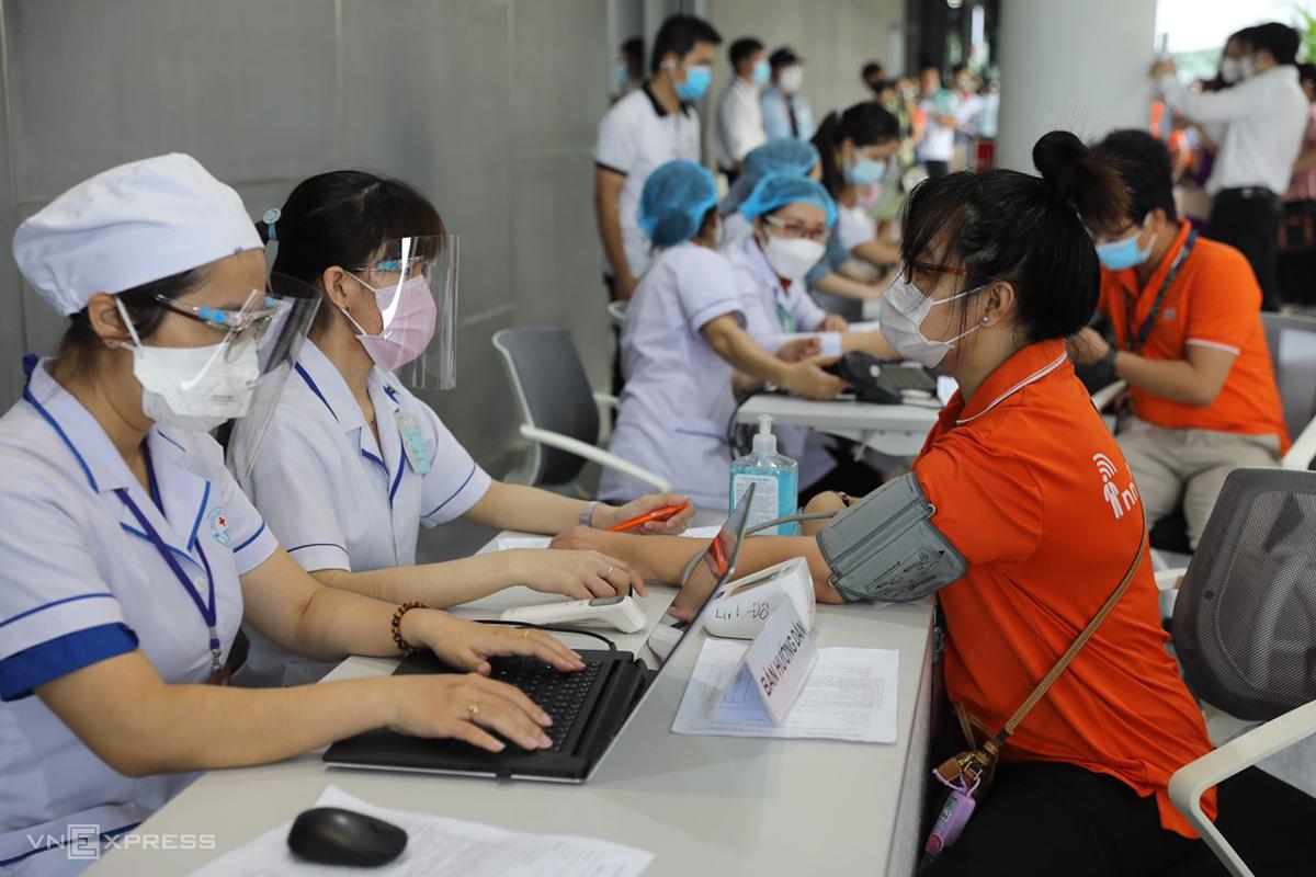 Khu vực khám sàng lọc sức khỏe trước khi tiêm vaccine, sáng 19/6. Ảnh: Quỳnh Trần.
