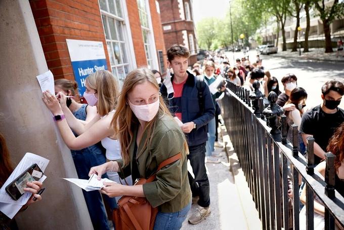 Người dân xếp hàng bên ngoài điểm tiêm vaccine Covid-19 tại London. Ảnh: Reuters