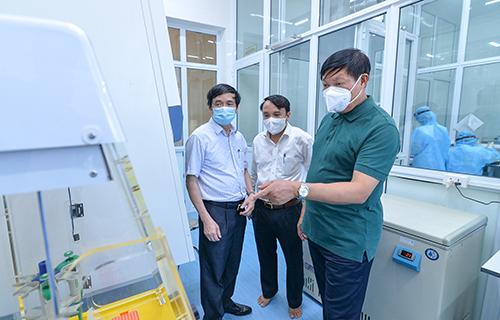 Đoàn công tác kiểm tra phòng xét nghiệm Covid-19 sử dụng kỹ thuật PCR của Trung tâm Kiểm soát bệnh tật tỉnh. Ảnh: Nghean.gov