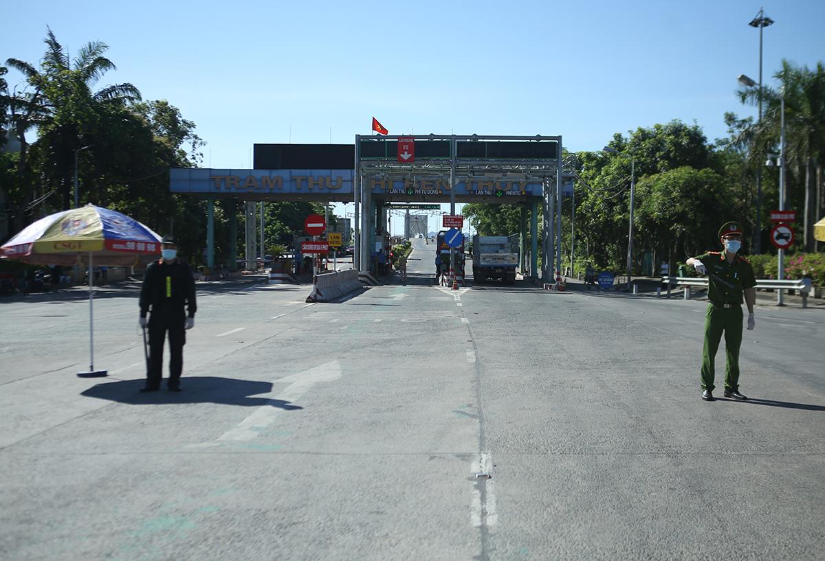 Chốt kiểm soát tại cửa ngõ thành phố Vinh khi đang áp dụng Chỉ thị 16. Ảnh: Nguyễn Hải