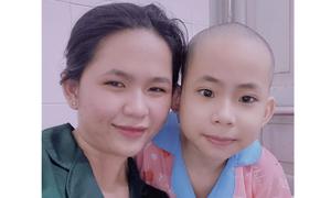 Cô bé 13 tuổi nương tựa chị gái chữa ung thư máu