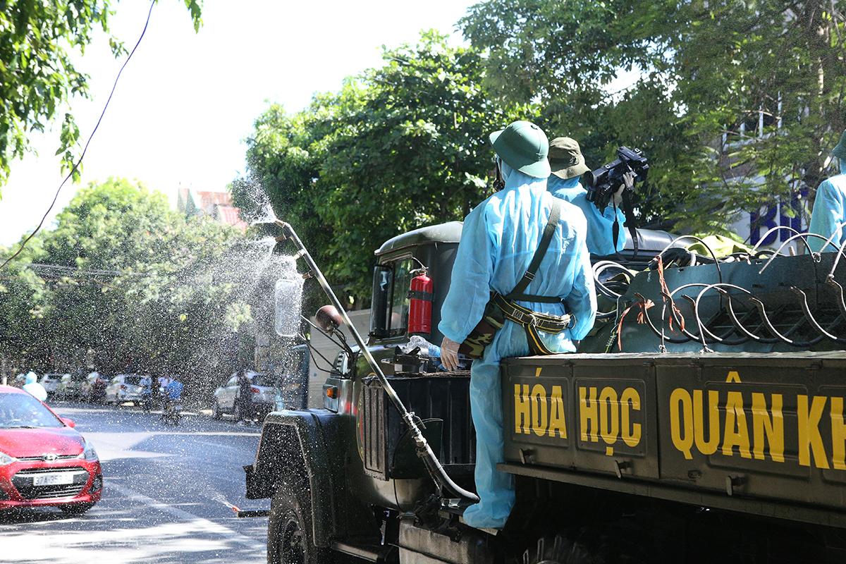 Quân đội phun khử khuẩn tại thành phố Vinh. Ảnh: Nguyễn Hải