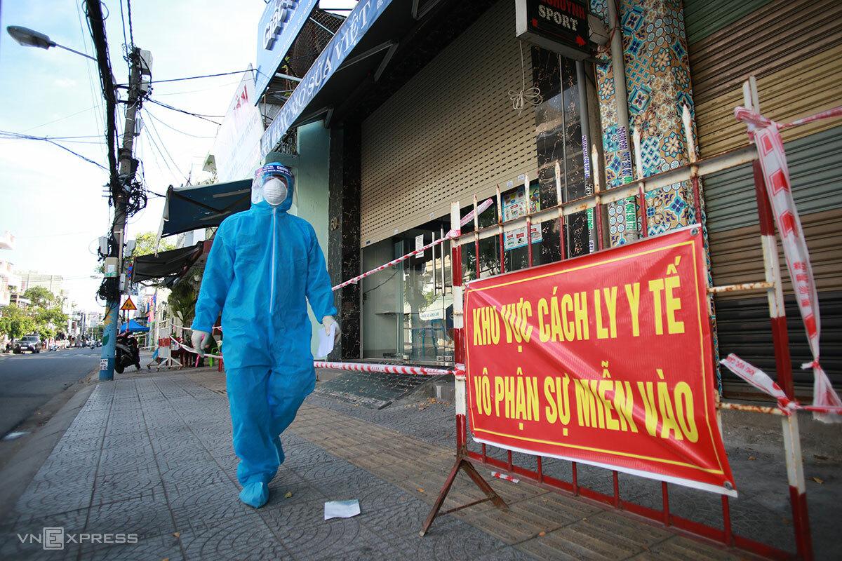 Nhân viên y tế đi tuyên truyền người dân chấp hành quy định phòng chống dịch trên đường Hoàng Hoa Thám, ngày 20/6. Ảnh: Nguyễn Đông.