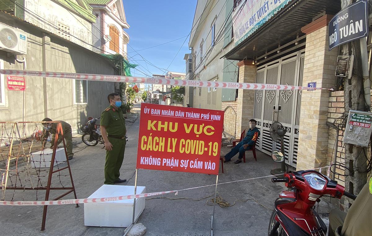 Cơ quan chức năng phong tỏa đường vào nơi hai vợ chồng nghi mắc Covid-19 ở phường Hưng Bình, sáng 21/6. Ảnh: Thịnh Sơn