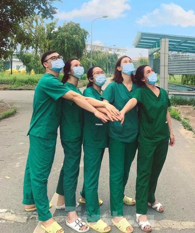 Điều dưỡng Hồng An (thứ hai từ phải sang) cùng các đồng nghiệp tại khoa Cấp cứu chụp ảnh kỷ niệm. Ảnh do bệnh viện cung cấp.