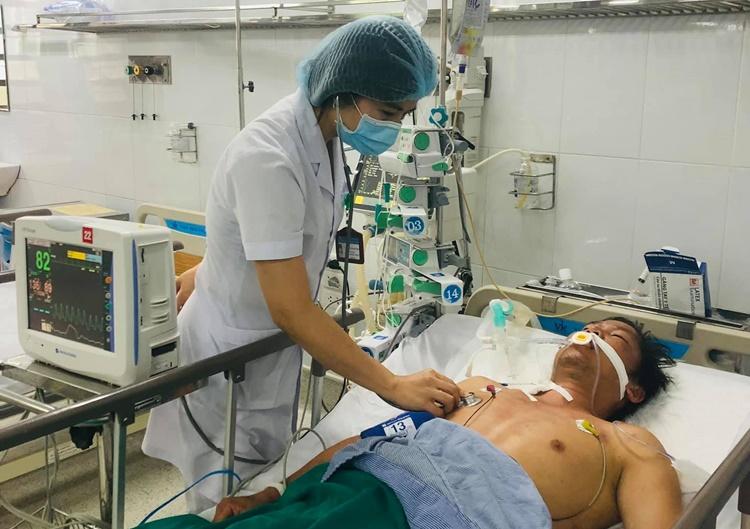 Bác sĩ điều trị cho bệnh nhân. Ảnh: Bệnh viện cung cấp