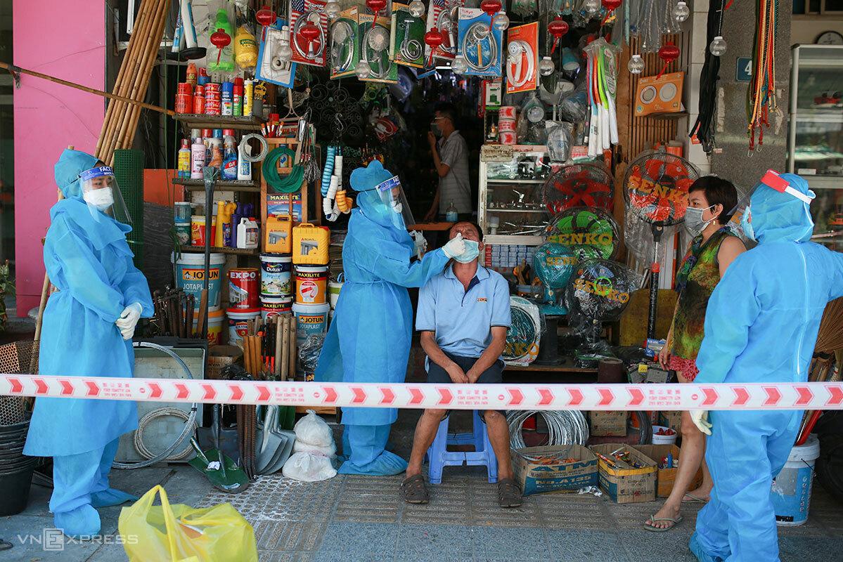 Nhân viên y tế quận Thanh Khê lấy mẫu xét nghiệm cho người dân trưa 19/6. Ảnh: Nguyễn Đông