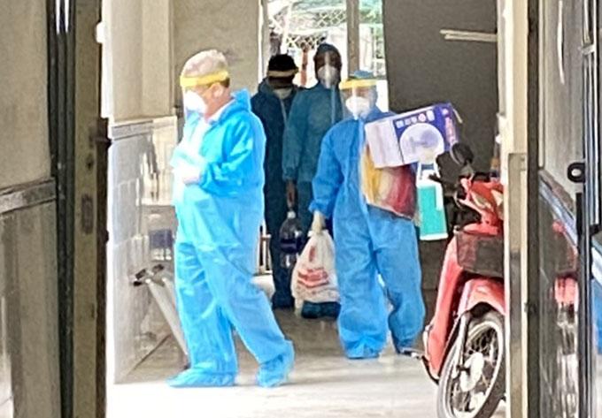 Các ca nghi nhiễm được nhân viên y tế đưa đến Bệnh viện dã chiến Củ Chi, sáng 21/6. Ảnh: K.V