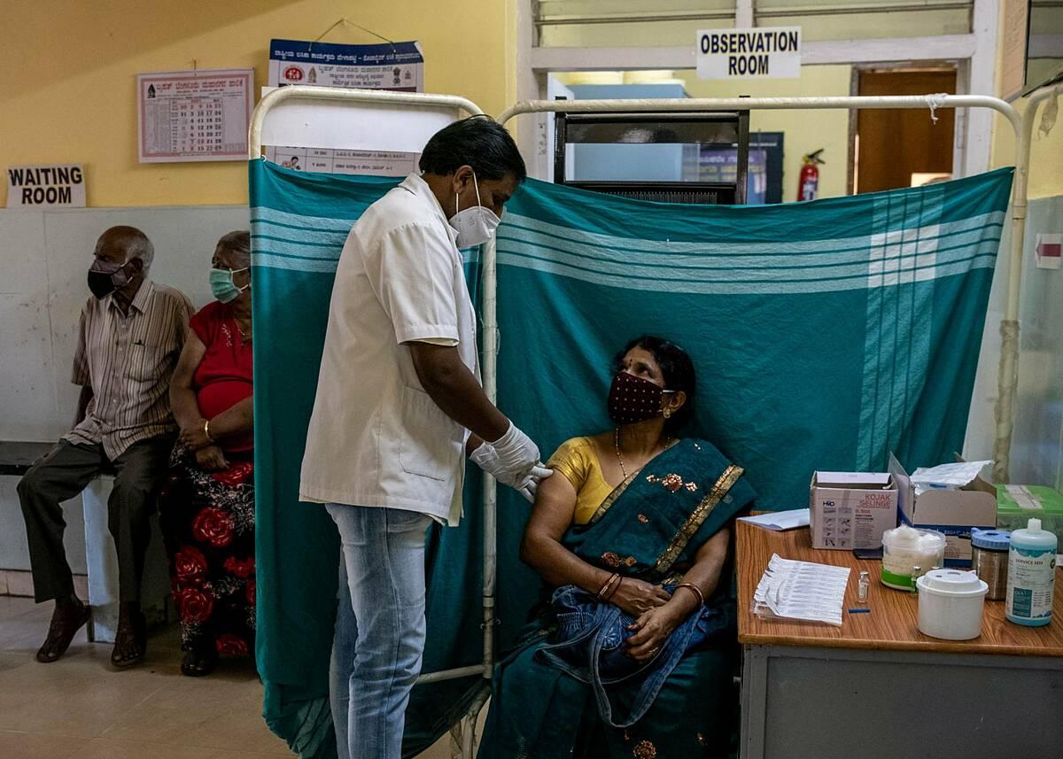 Một phụ nữ Ấn Độ được tiêm vaccine Covishield tại trung tâm tiêm chủng ở Bangalore, tháng 5/2021. Ảnh: Reuters