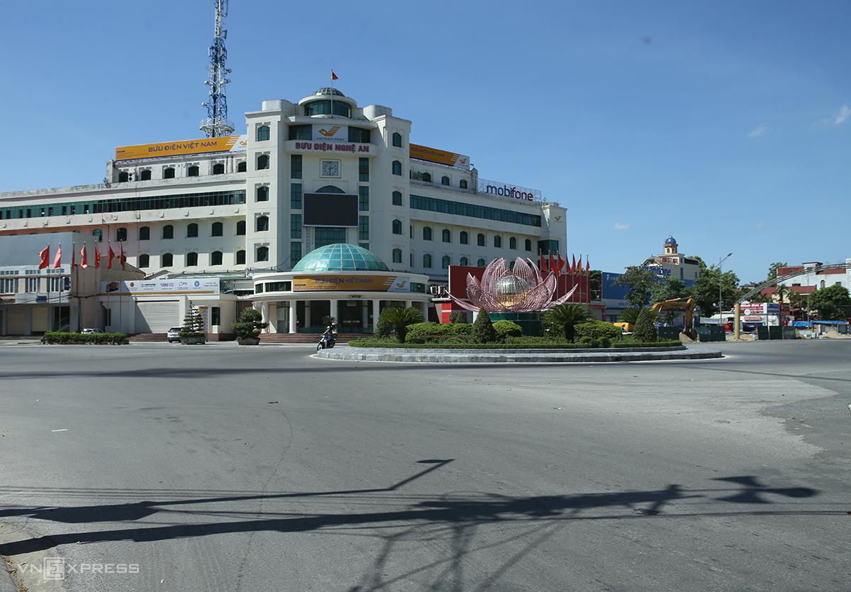 Vòng xuyến trung tâm thành phố Vinh giờ cao điểm, ngày 21/6 chỉ lác đác phương tiện. Ảnh: Nguyễn Hải