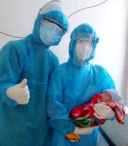Các bác sĩ bên bé trai con sản phụ Dung sau khi chào đời. Ảnh: Trâm Anh