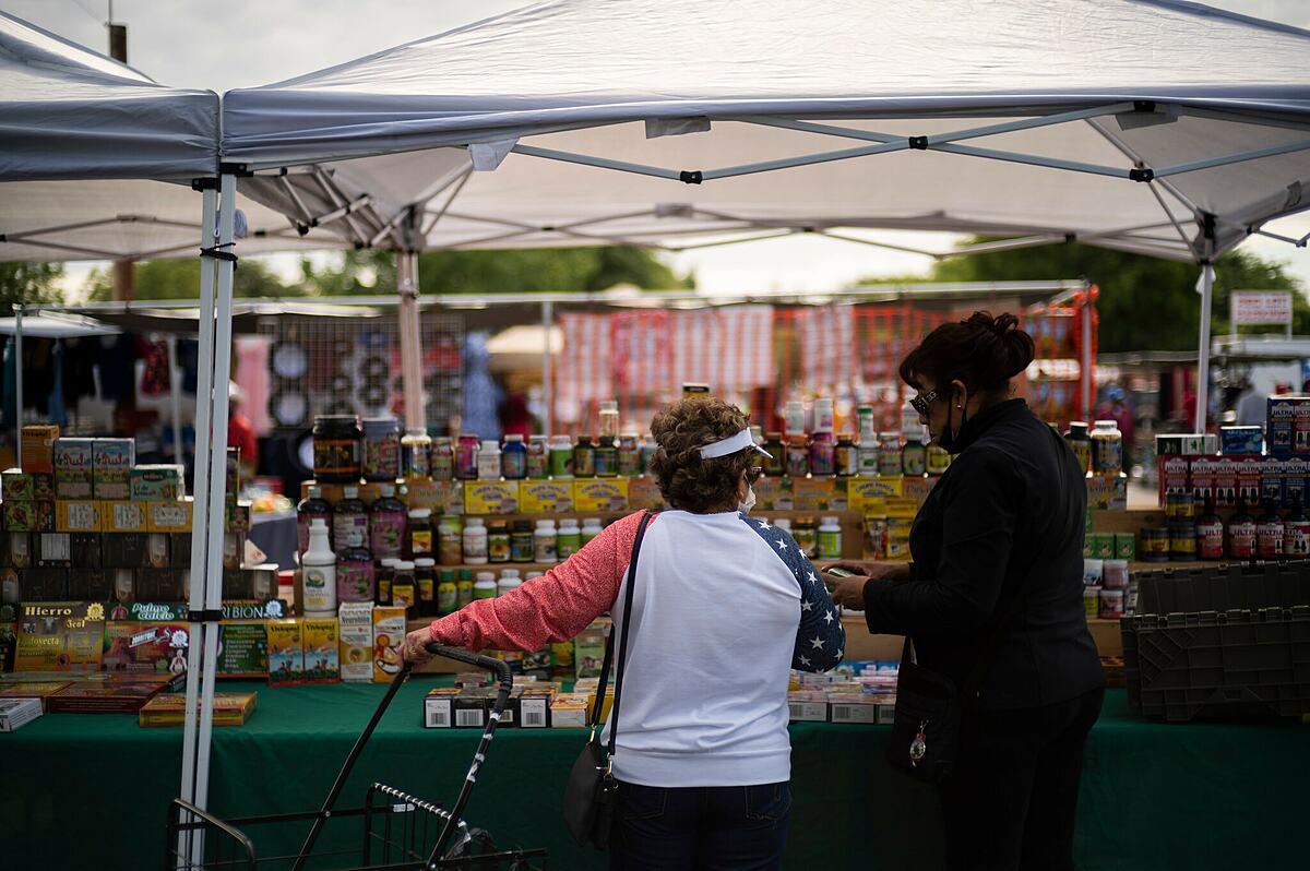 Hiệu thuốc tại một khu chợ nông sản ở Fresno. Ảnh: NY Times