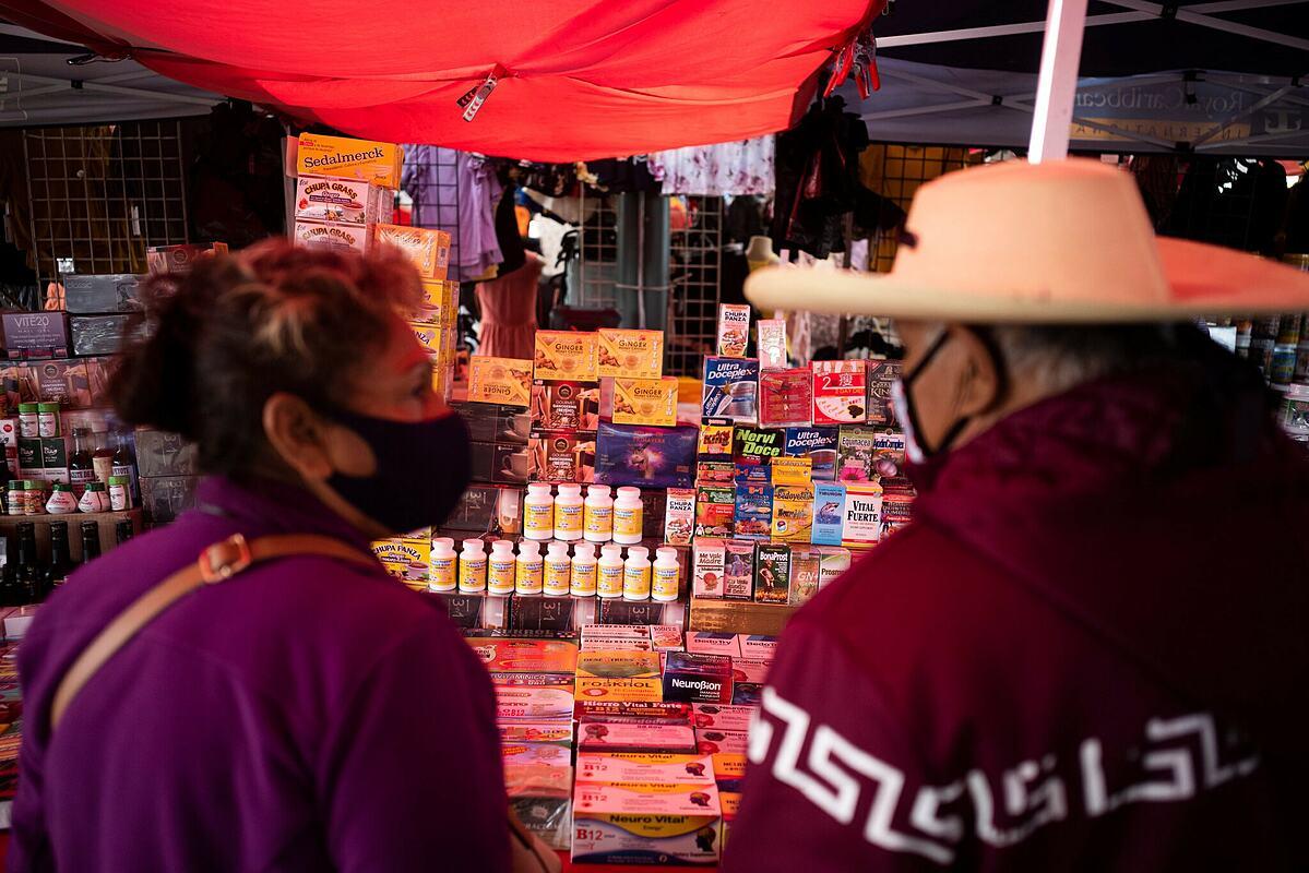 Sạp hàng thuốc tại khu chợ trời Cherry Avenue Auction ở Fresno, California, Mỹ. Ảnh: NY Times