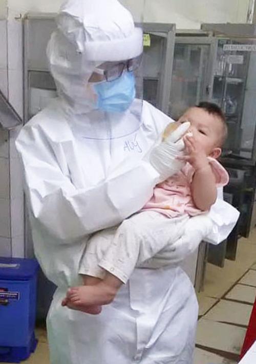 Hình ảnh bác sĩ Thuý cho bé bú được đồng nghiệp chụp lại. Ảnh do bác sĩ cung cấp.