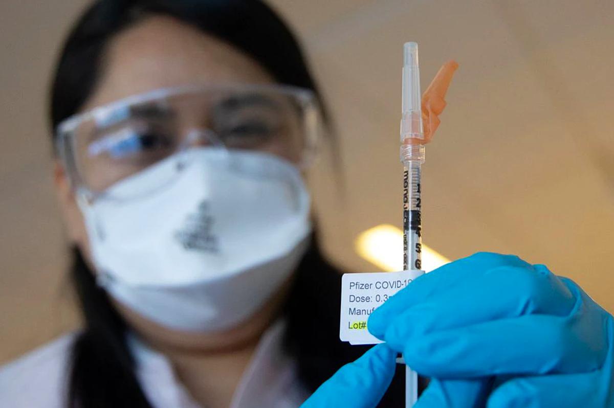 Nhân viên y tế chuẩn bị một liều vaccine Pfizer tại Bệnh viện Harlem, Manhattan, New York, ngày 21/2. Ảnh: Reuters