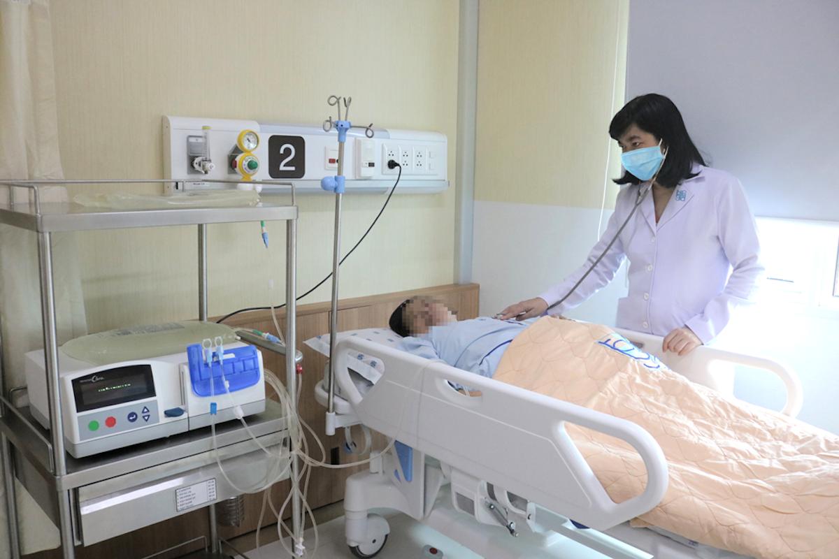 Thạc sĩ, bác sĩ Huỳnh Ngọc Phương Thảo đang thăm khám cho một người bệnh thận mạn. Ảnh: Bệnh viện Đại học Y dược