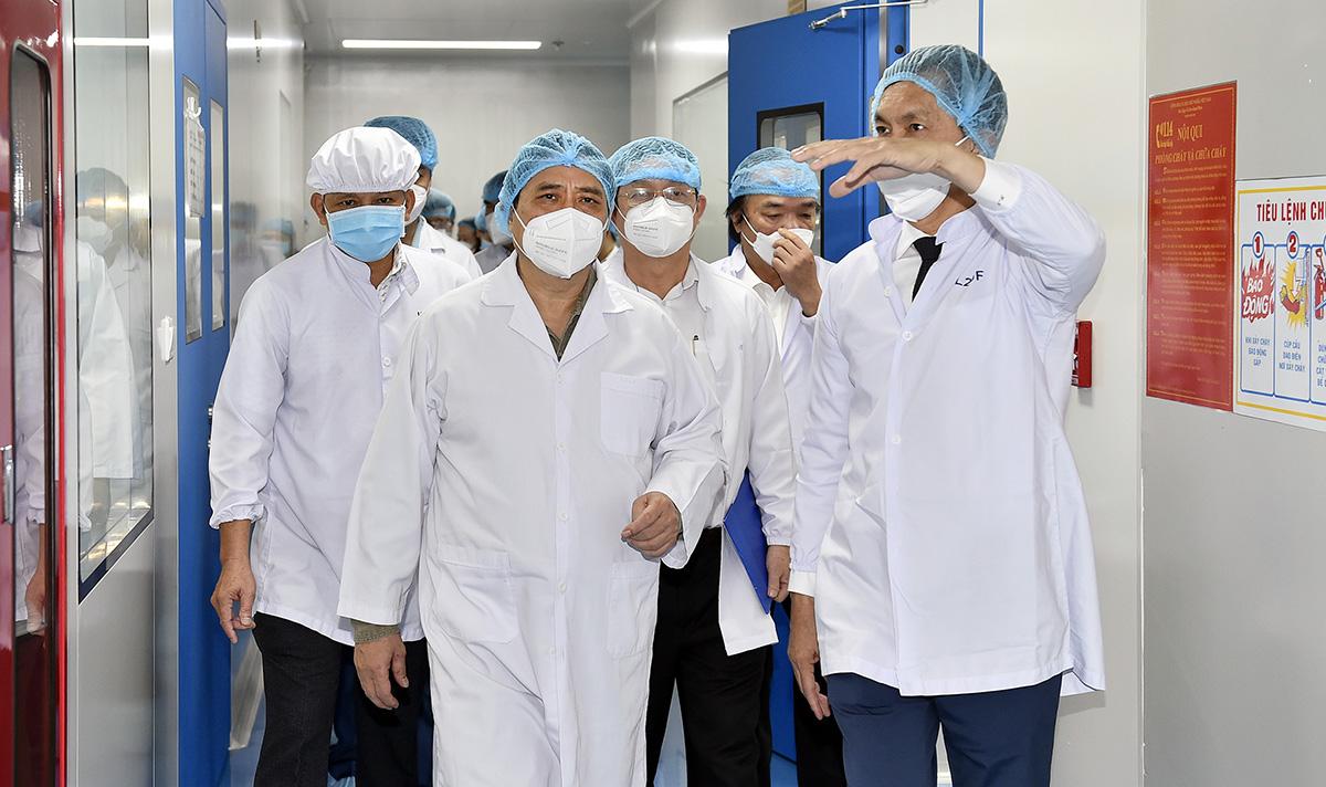 Thủ tướng Phạm Minh Chính (giữa) thăm Công ty Nanogen tại Khu công nghệ cao TP HCM, sáng 26/6. Ảnh: VGP.