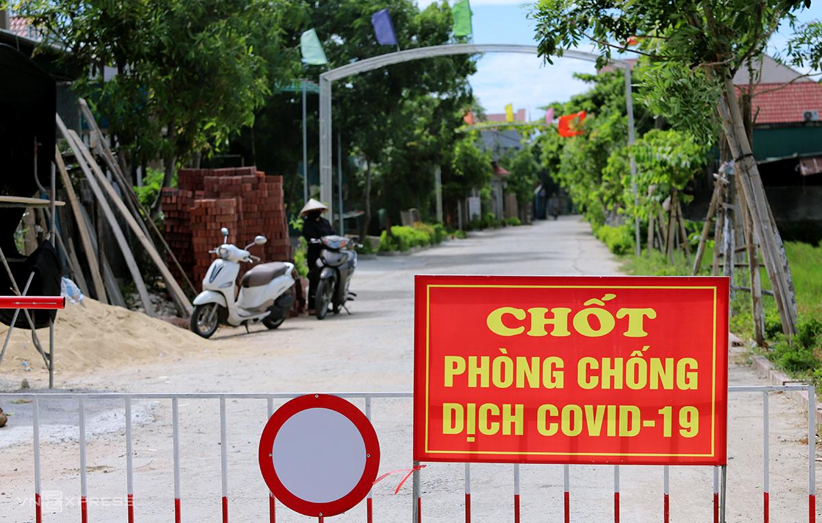 Đường bê tông dẫn vào thôn Đông Hà 2, nơi các ca nghi nhiễm lưu trú, bị phong tỏa từ sáng 28/6. Ảnh: Đức Hùng