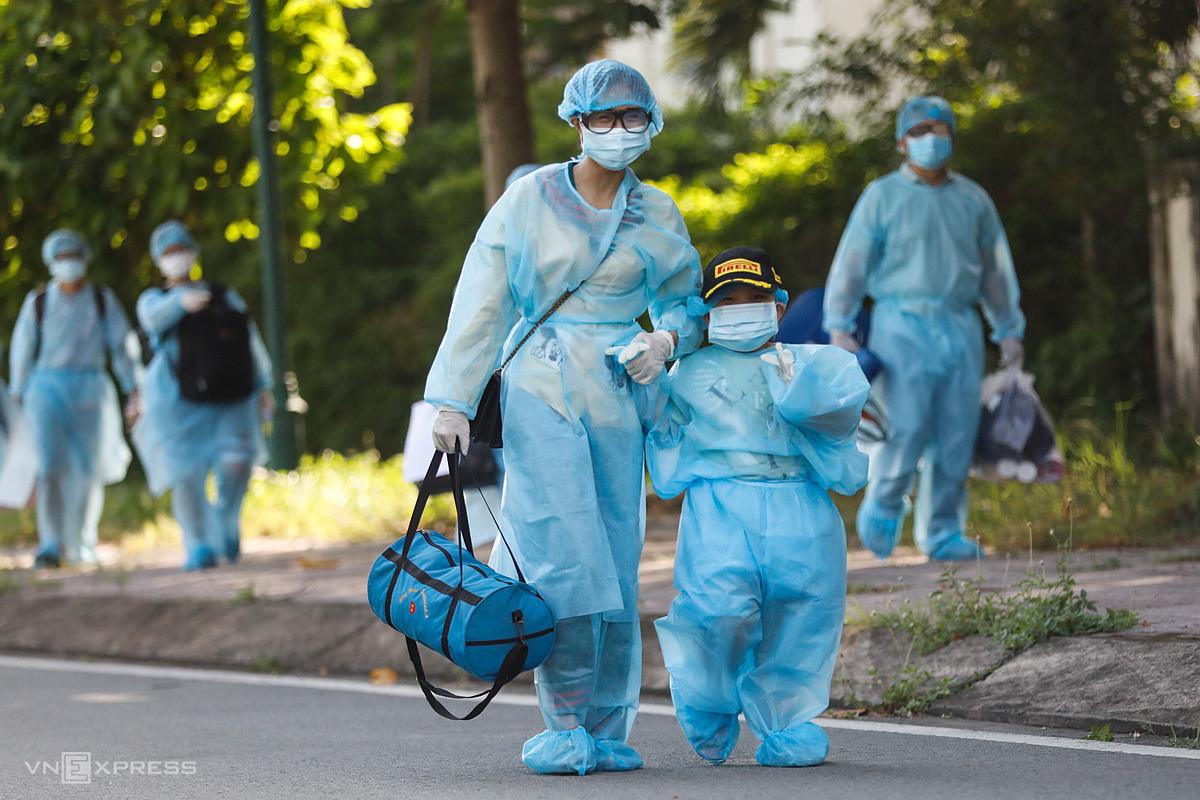 Người dân đi cách ly tại TP HCM, ngày 28/6. Ảnh: Hữu Khoa.