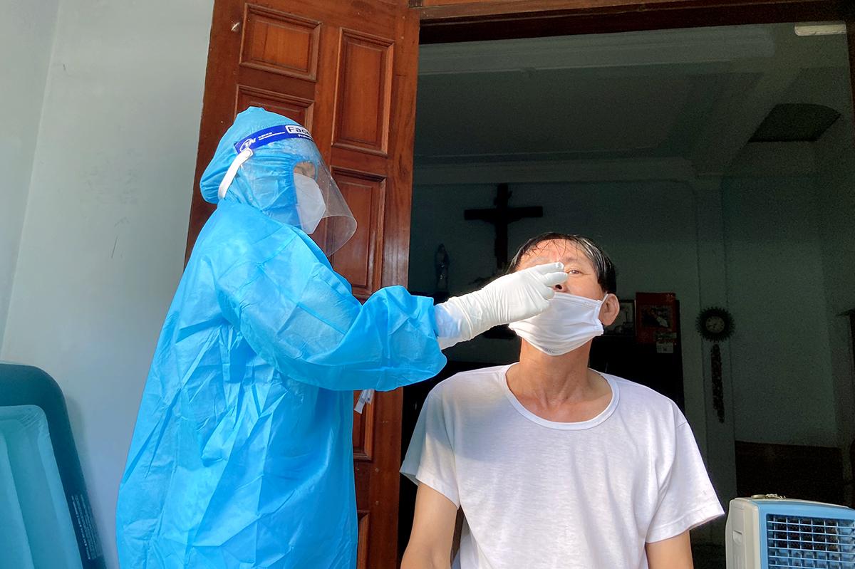 Nhân viên y tế lấy mẫu xét nghiệm nCoV cho người dân xã Thạch Long, sáng 28/6. Ảnh: Đức Hùng