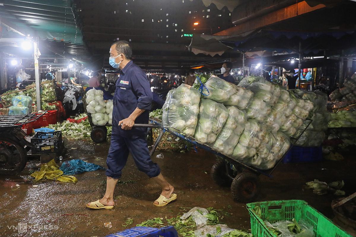 Các chủ vựa dọn dẹp hàng hóa.Trước giờ chợ đầu mối Hóc Môn tạm đóng cửa một tuần để chống dịch, từ 0h ngày 28/6,