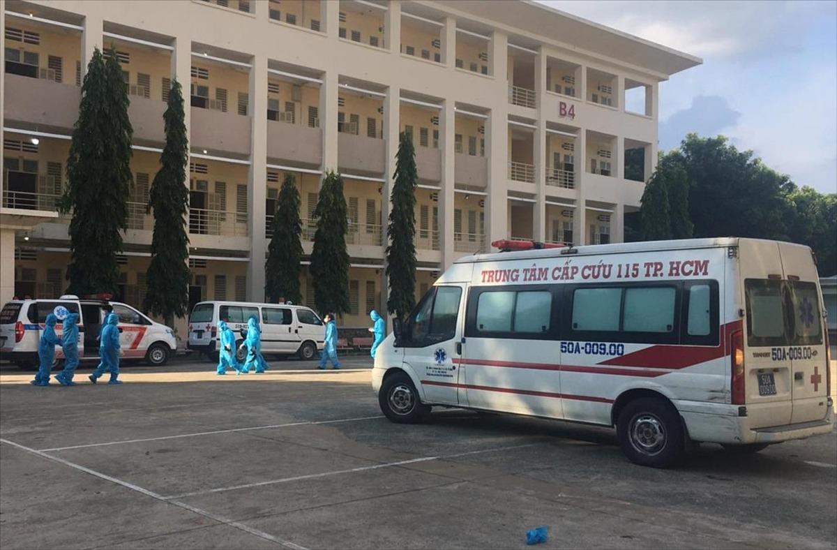 Xe cấp cứu của Trung tâm Cấp cứu 115 thường trực tại Bệnh viện dã chiến thu dung điều trị COVID-19 số 1