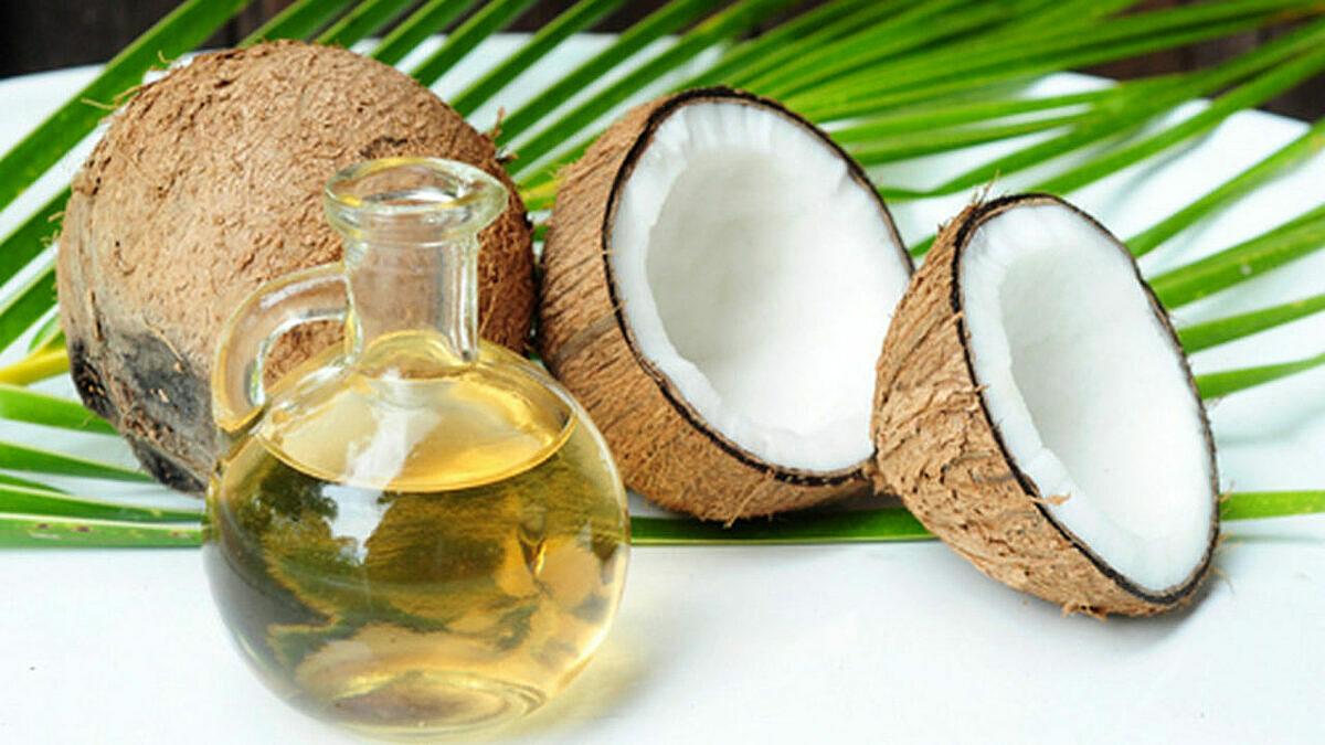 Dầu dừa để chăm sóc da và tóc. Ảnh: Hisour