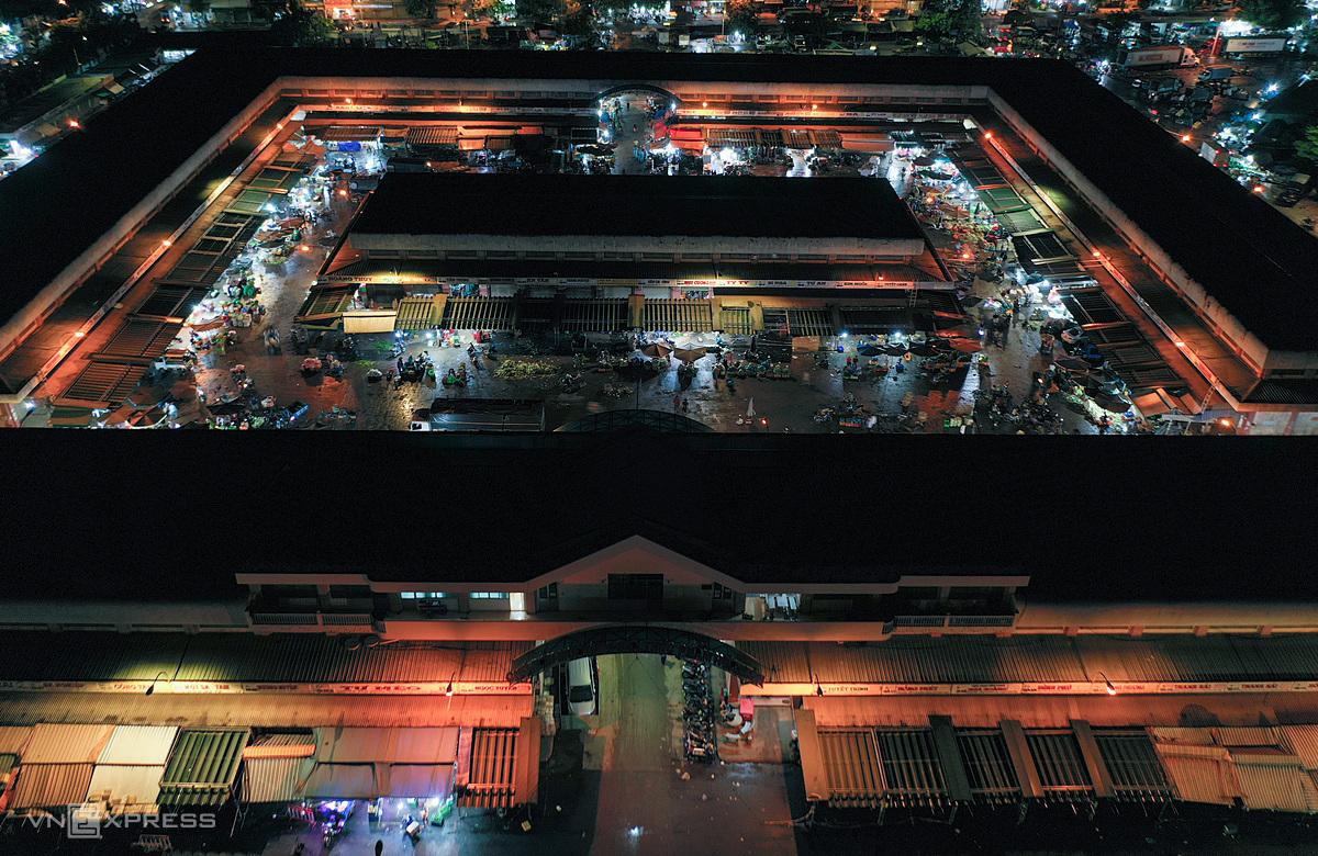 Chợ đầu mối Hóc Môn tối 27/6, trước giờ đóng cửa, ngưng hoạt động trong 7 ngày để phòng Covid-10. Ảnh: Quỳnh Trần.