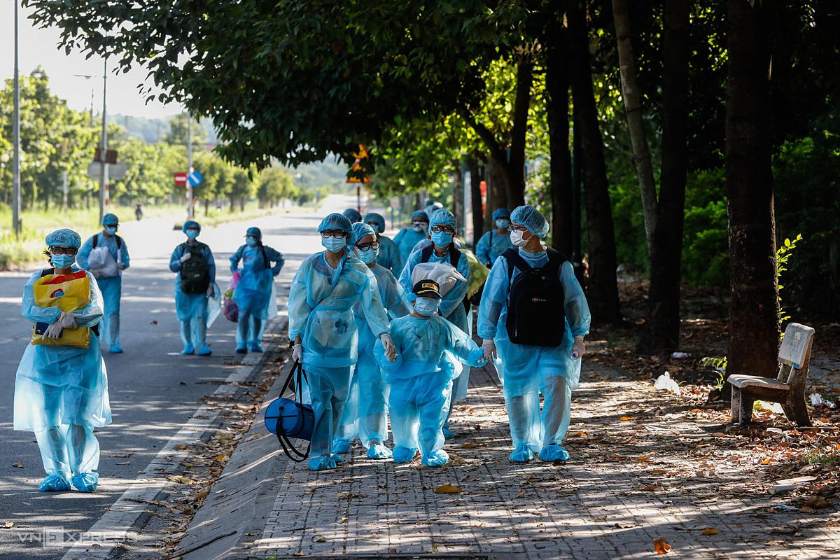 Người dân đi cách ly tập trung tại TP HCM. Ảnh: Hữu Khoa.