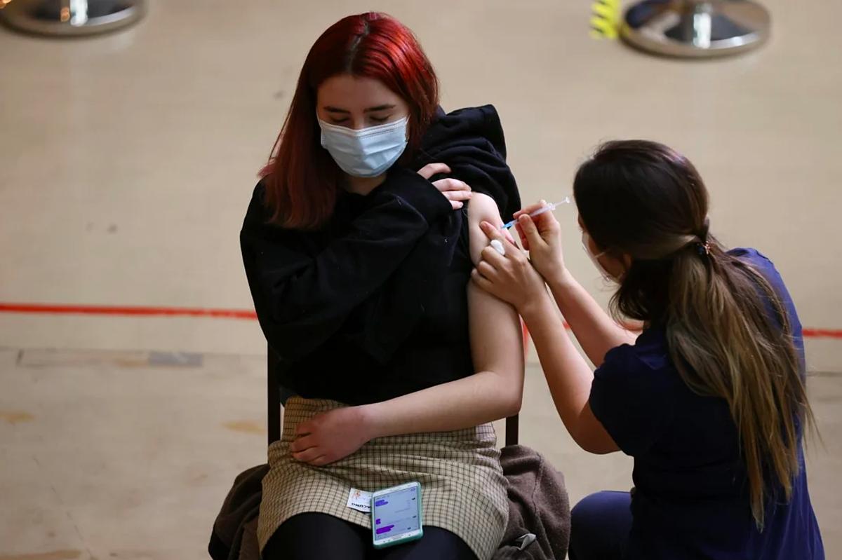 Một phụ nữ đươc tiêm vaccine Covid-19 của Pfizer ở Santiago, Chile. Ảnh: Reuters