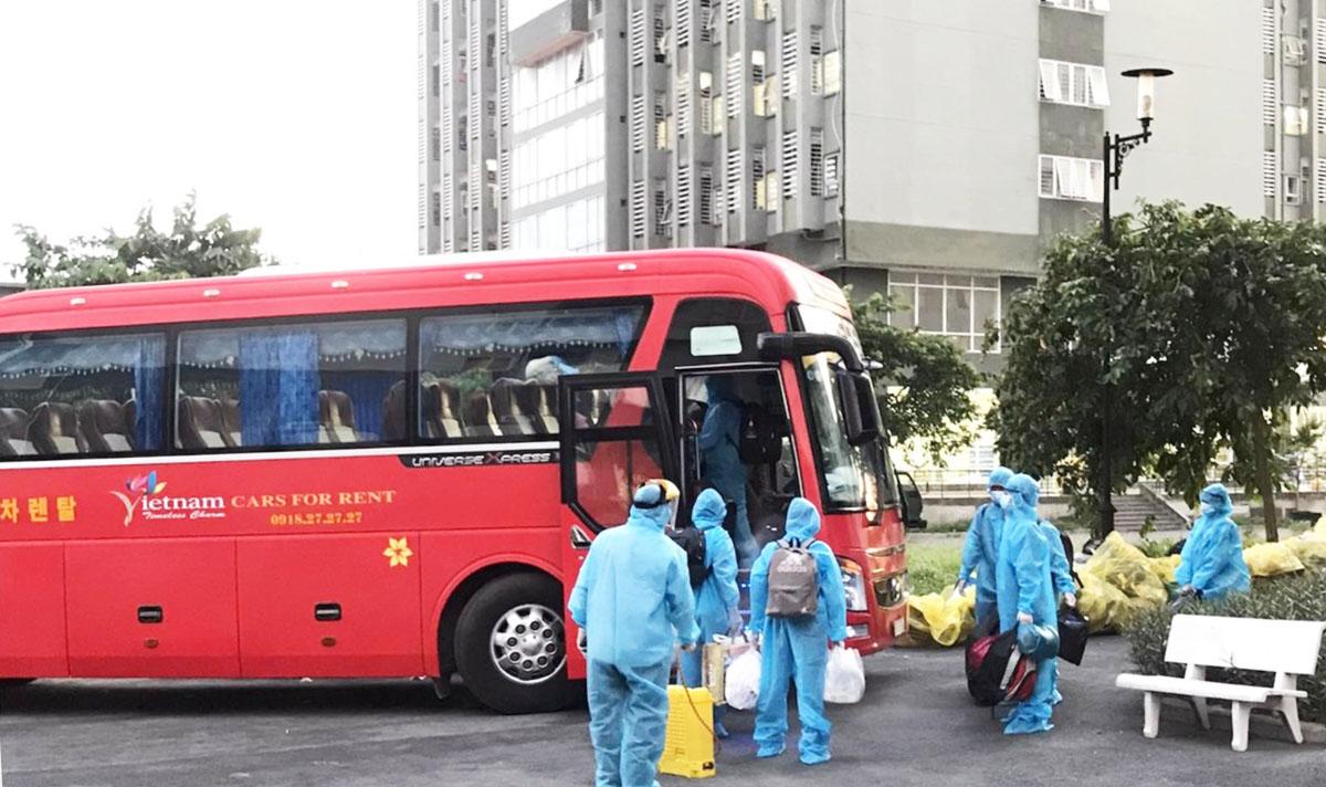 Xe khách vận chuyển người bệnh không có triệu chứng hoặc triệu chứng nhẹ đến Bệnh viện dã chiến thu dung điều trị Covid-19. Ảnh: Sở Y tế TP HCM.
