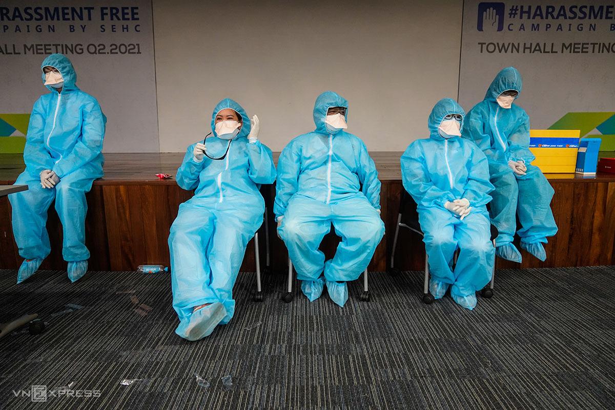 Phương tiện phòng hộ cá nhân có chức năng bảo vệ người mặc nếu chẳng may tiếp xúc mầm bệnh. Ảnh: Hữu Khpa.