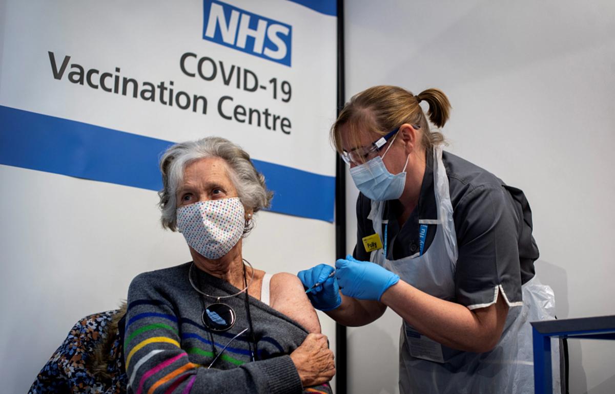 Bác sĩ  Doreen Brown, 85 tuổi, tiêm một liều vaccine Covid-19 của Pfizer tại một bệnh viện ở London, tháng 12/2020. Ảnh: Reuters