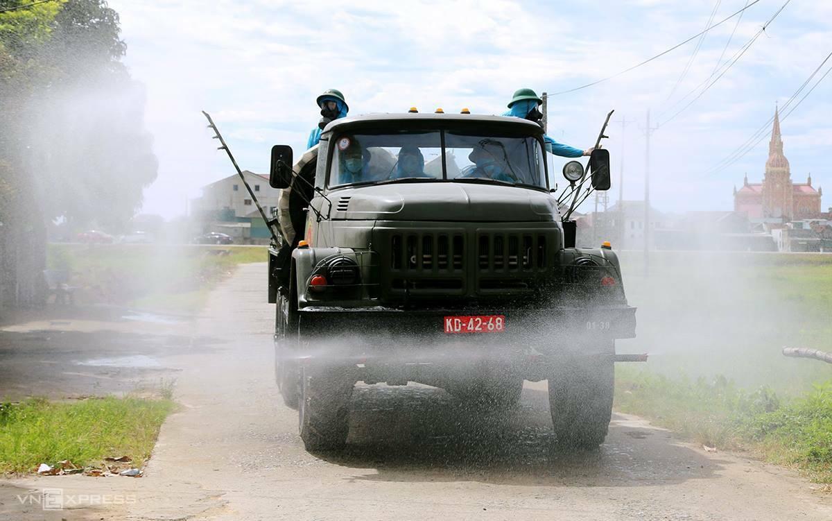 Quân đội phun khử khuẩn tại xã Thạch Long, huyện Thạch Hà, sáng 30/6. Ảnh: Hùng Lê.