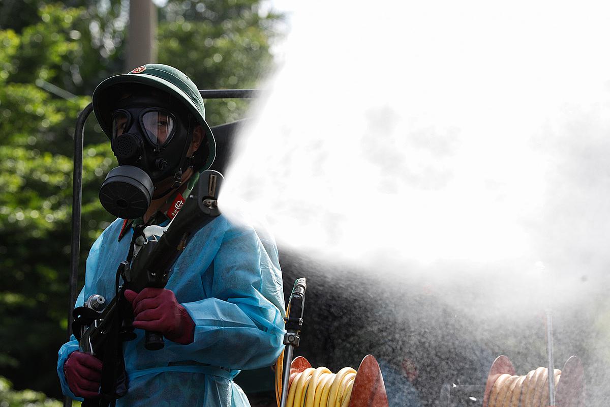 Lực lượng chức năng đang phun khử khuẩn tại chợ Bình Tân sau khi phát nhiều các ca mắc mới. Ảnh: Hữu Khoa