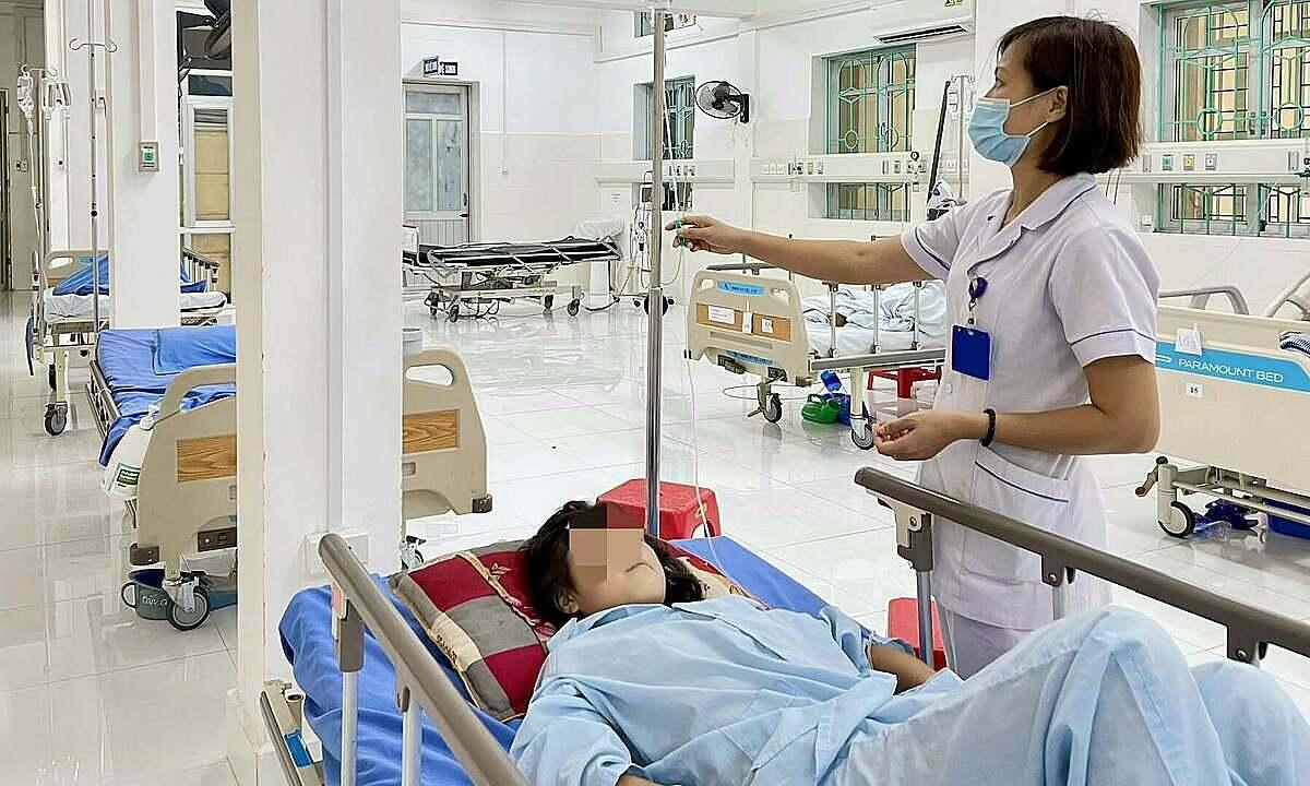 Bác sĩ kiểm tra sức khỏe cho bệnh nhi đang điều trị. Ảnh: Bệnh viện cung cấp